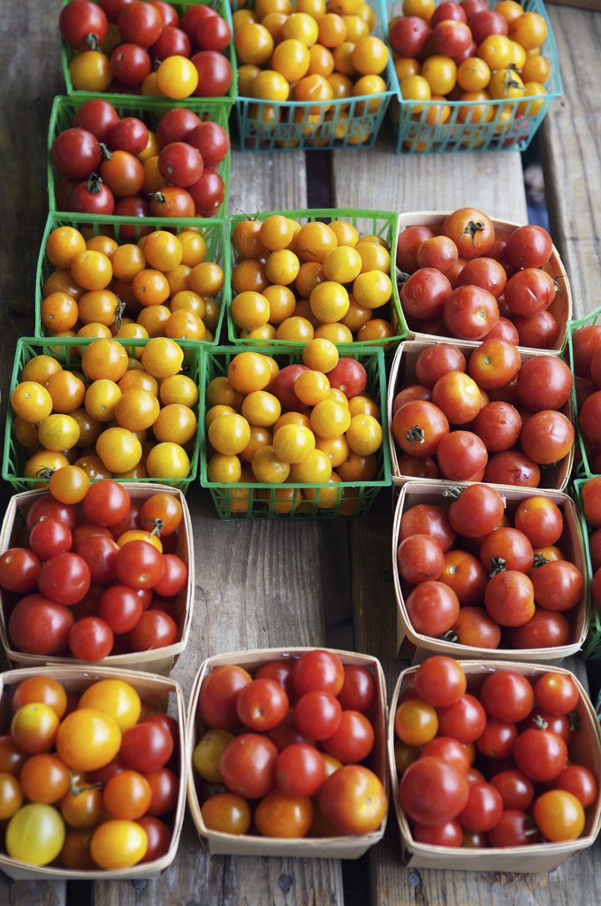 Crates of multi colored tomatoes, Nashville, Tennessee, USA : Stock Photo