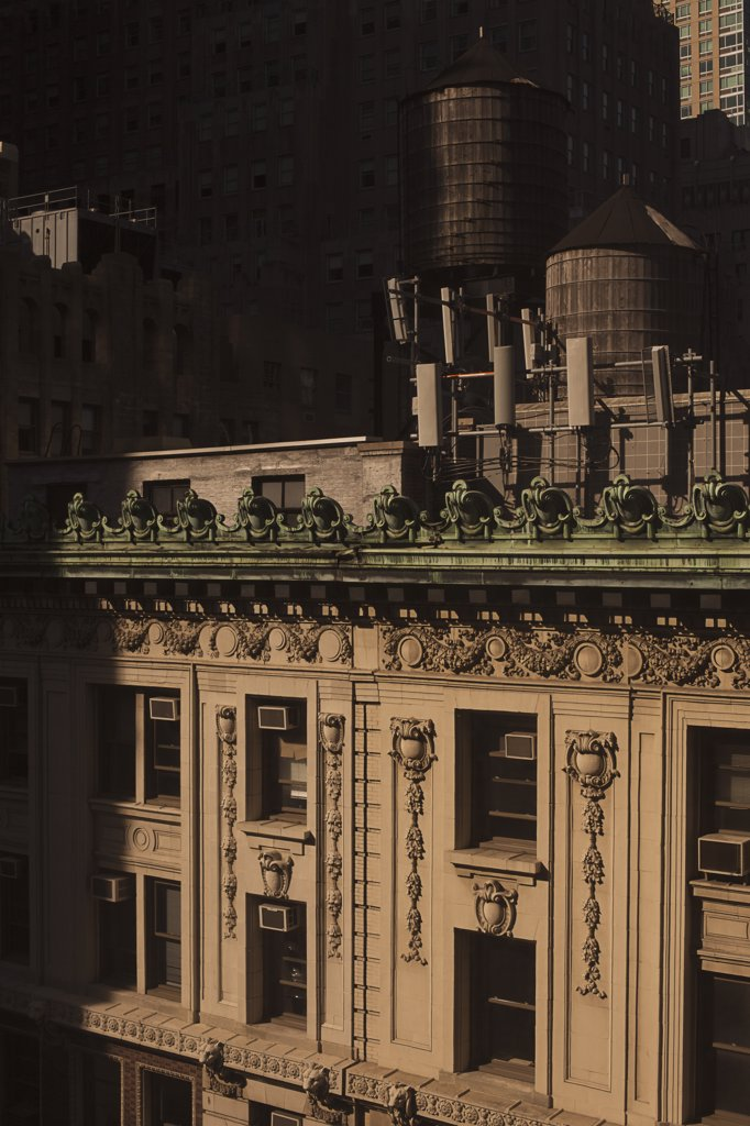 Stock Photo: 1570R-136572 Old-fashioned wooden water storage tanks on the roof of a luxury apartment building, Manhattan