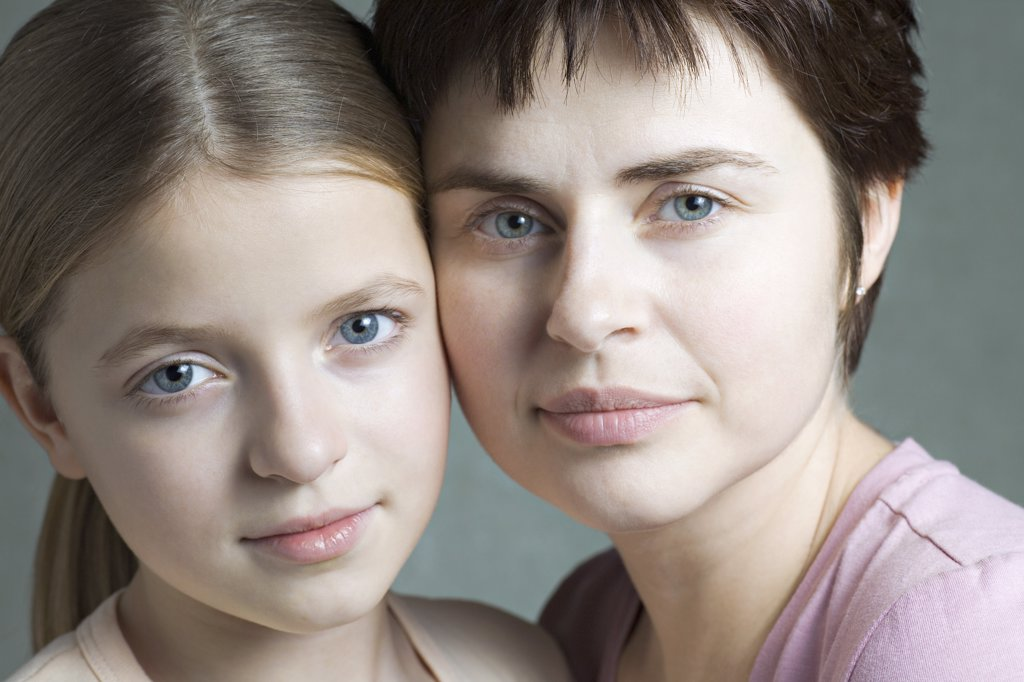 Stock Photo: 1570R-140118 Mother and daughter cheek to cheek