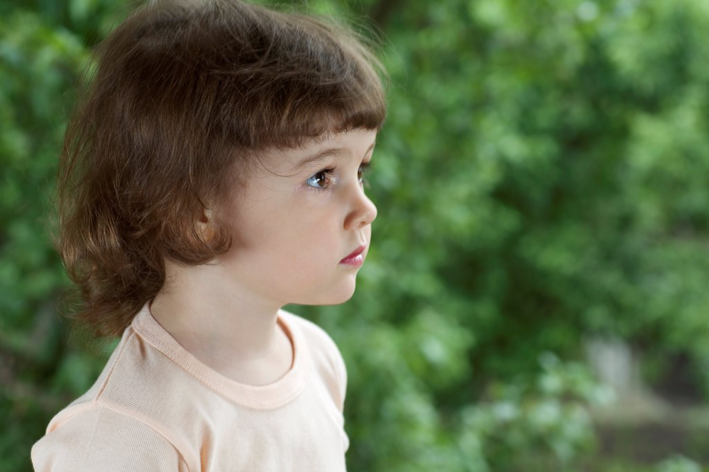 A young girl looking away : Stock Photo