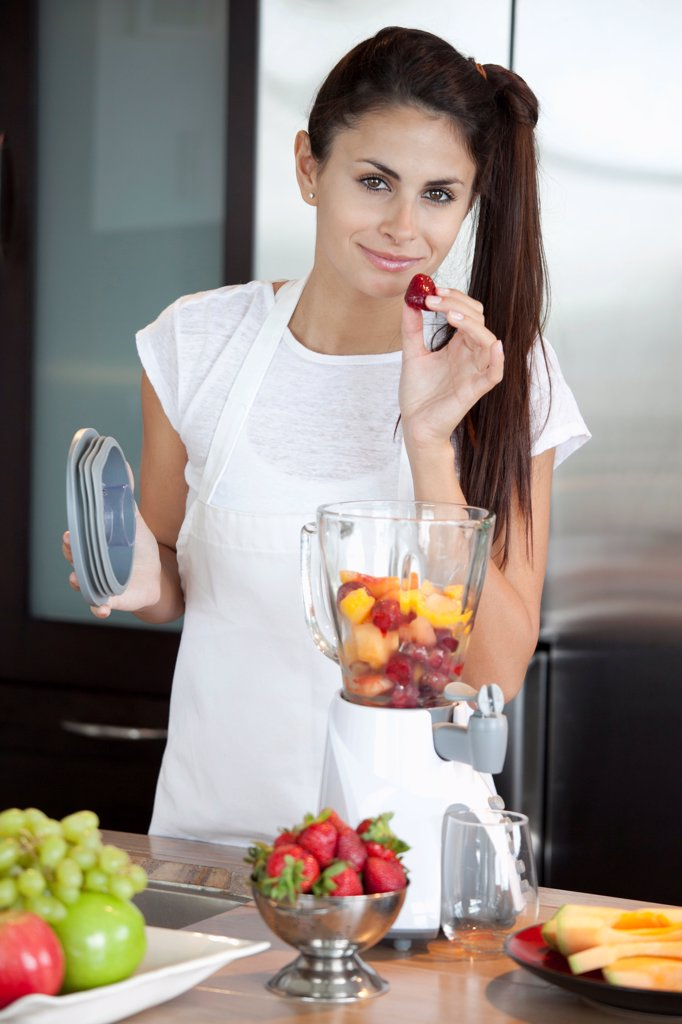 Stock Photo: 1570R-141633 Woman with fruit blender