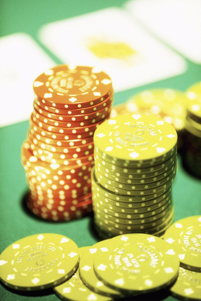 Stock Photo: 1570R-50016 casino chips on a poker table