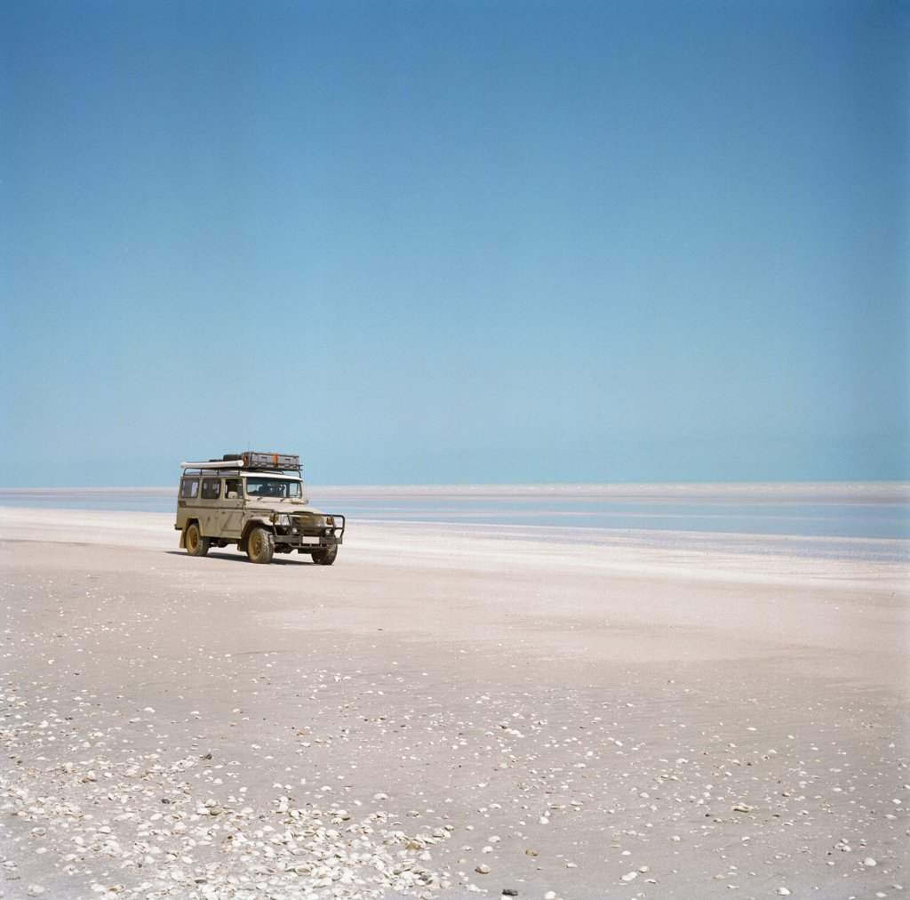 An off-road vehicle in the desert, Australia  : Stock Photo