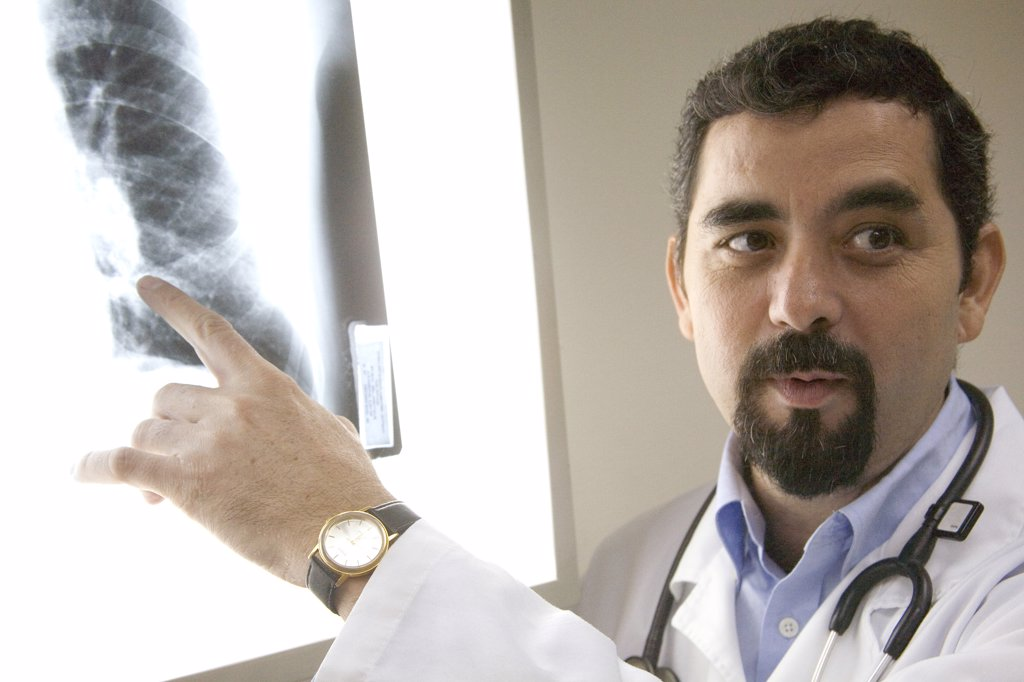 Close-up of a male doctor pointing to an x-ray image : Stock Photo