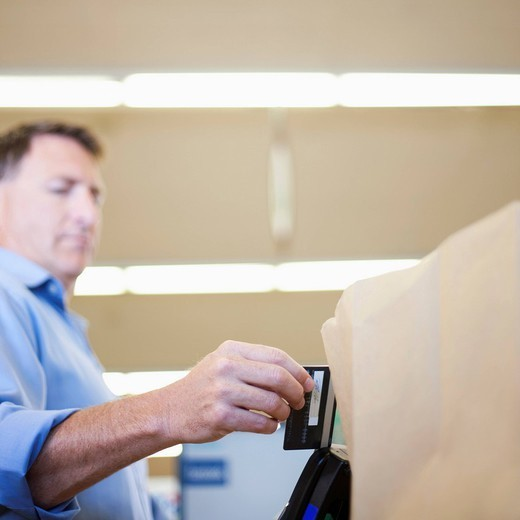 Caucasian man paying with credit card : Stock Photo