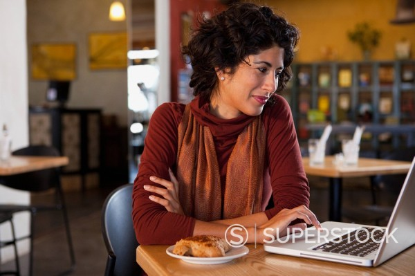Stock Photo: 1589R-132084 Ecuadorian woman using laptop in cafe