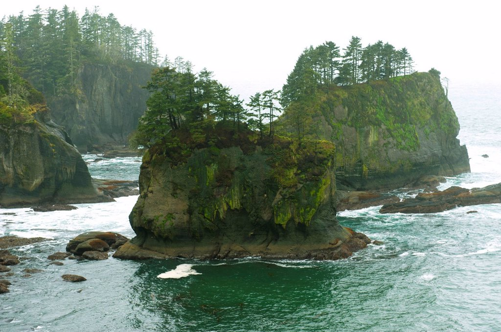 Stock Photo: 1589R-148506 Rock formations in ocean