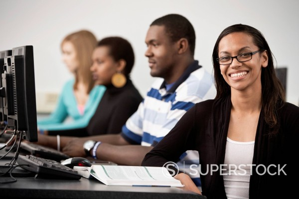 Stock Photo: 1589R-159633 Smiling students in computer lab