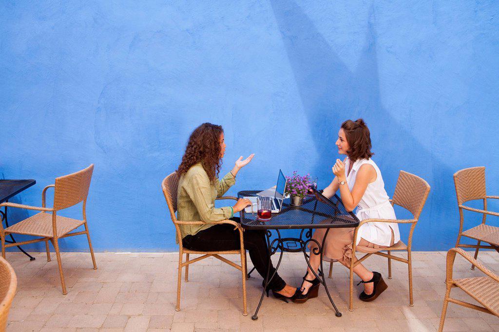 Businesswomen having meeting in outdoor cafe : Stock Photo