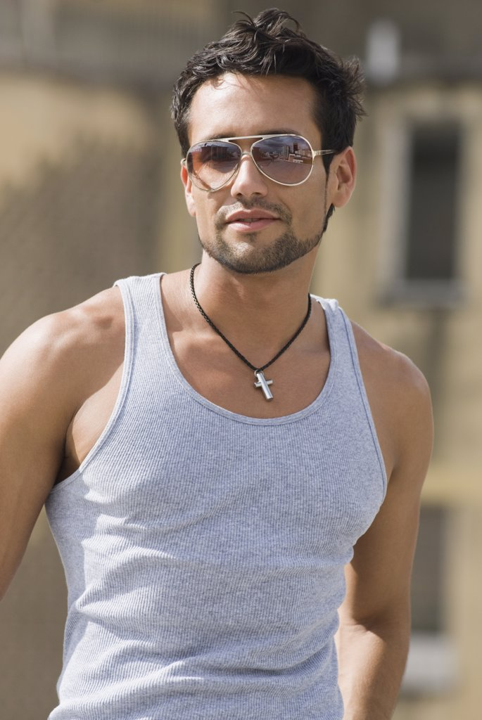 Hispanic man wearing sunglasses : Stock Photo
