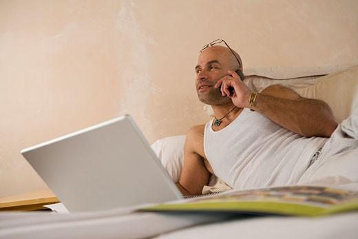 Hispanic man talking on cell phone : Stock Photo