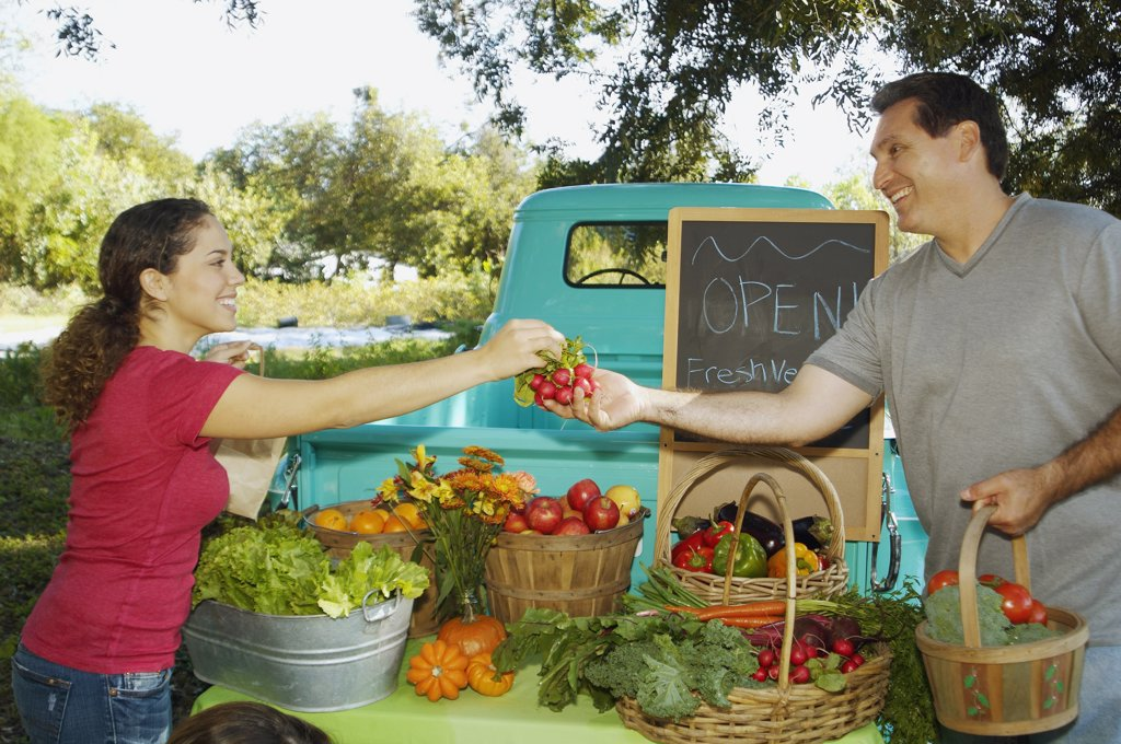 Hispanic couple at organic farm stand : Stock Photo