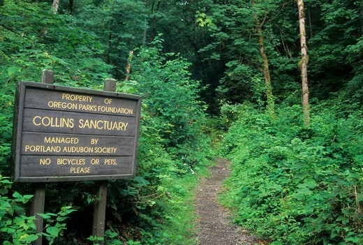 Stock Photo: 1596-4432 USA, Oregon, Collins Sanctuary-Portland Audubon, Trailhead sign
