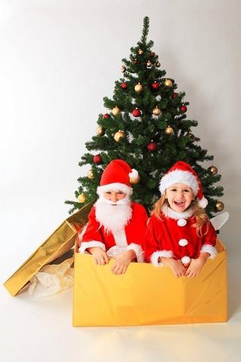Geschwister als Weihnachtsmann verkleidet, Studio, Zuerich, Switzerland : Stock Photo