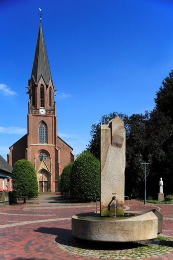 Marketplace, market well, church, Saint Katharina von Siena, Lindern, Oldenburg, Oldenburger Munsterland, Lower Saxony, Germany, : Stock Photo