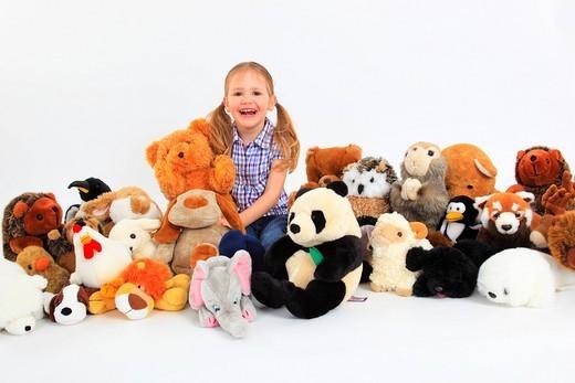 Mädchen spielt mit Stofftieren, Studio, Schweiz : Stock Photo