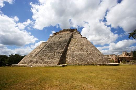 Mexico, Central America, Yucatan, Uxmal, Maya culture, pyramid, UNESCO, world cultural heritage : Stock Photo