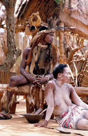 Africa, Zulu, sangoma, ritual, warrior, woman, paints, South Africa, Kwa Zulu Natal, Shakaland Kraal, : Stock Photo