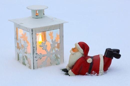 Weihnachtsmann und Laterne im Schnee, Schweiz : Stock Photo