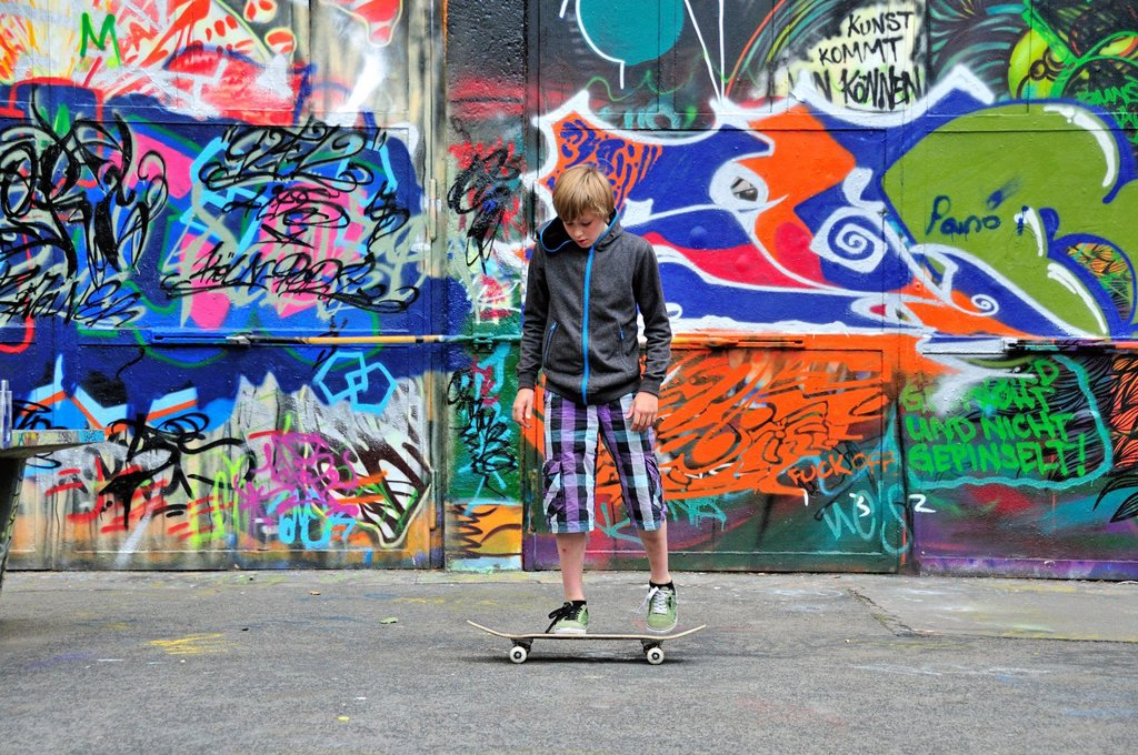 Stock Photo: 1597-148518 Boy, Germany, 11, Europe, leisure activity, graffiti, wall, youth culture, boy, kid, child, Cologne, model release, Nordrhein, skateboard, Skater, sport, Teen, teenager, Westphalia, spray, smears,
