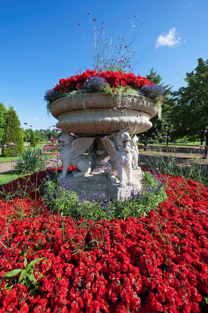Stock Photo: 1597-170275 England, London, Regents Park, Avenue Gardens, The Lion Tazza