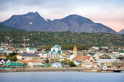 Argentina, Südamerika, Amerika, March 2009, Tierra del Fuego, Ushuaia city, houses, shore, sea, water, mountains, coast, town : Stock Photo