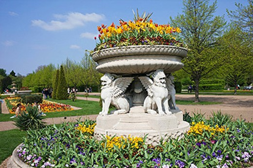 UK, United Kingdom, Great Britain, Britain, England, London, Regents Park, Avenue Garden, Floral, Floral Display, Flower, Flowers, Garden, Gardening, Horticulture, Park, Parks, Royal Parks, Fountain, Fountains, Tourism, Holiday, Vacation, Travel : Stock Photo