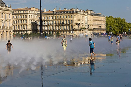 Miroir d Eau, Place de la Bourse, Bordeaux, Gironde, France : Stock Photo