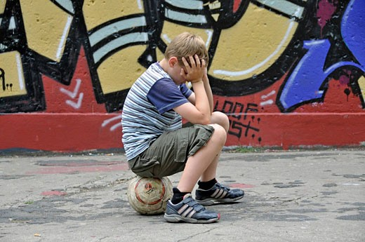 Stock Photo: 1597-77393 Europe, Germany, North Rhine_Westphalia, Cologne, place Bolz, person, person, child, boy, boy, manly, frustrates, sadly, unhappily, unluckily, is disappointing, injures, violates, ball, football, soccer, spraying, sprays, graffiti. Wall, Graffitis, art, s