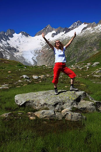 Alps, view, Baeregg, mountain, mountains, canton Bern, Switzerland, person, Bernese Oberland, Bäregg, ice, warming, heating, woman, wife, freedom, liberty, joy, joy shout, mountains, pleasure, summit, peak, glacier, Grimsel, Grimsel Pass, heat, cheering, : Stock Photo
