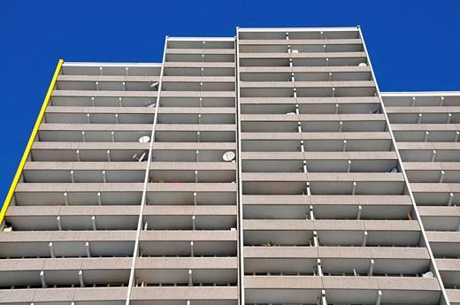 Wohnhochhaus mit Balkonen und Satellitenschüsseln, Trabantenstadt Chorweiler in Köln, Nordrhein_Westfalen, Deutschland, Europa : Stock Photo