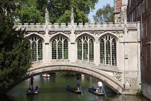 England, Cambridgeshire, Cambridge, Punting on River Cam with Bridge of Sighs and Saint John´s College : Stock Photo