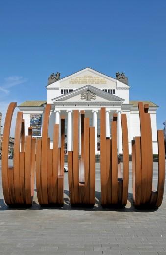 Stock Photo: 1597-88293 Theater Duisburg, davor die Metallskulptur 5 Bögen von dem Künstler Bernar Venets, Duisburg, Nordrhein_Westfalen, Deutschland, Europa