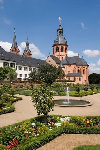 Deutschland, Hessen, Seligenstadt, Klostergarten des Klosters Seligenstadt mit der Einhard_Basilika, pr, : Stock Photo
