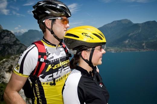 Stock Photo: 1597-90295 Mountainbiking, lake Garda, Pregasina, Trentino, Italy, riding a bike, bicycle, bicycle, bike, biking, man, tour, sport, rest, break, stop, Alps, woman, pair, couple, lake,