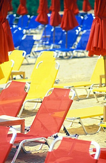 Stock Photo: 1597-9196  Athens, bathing, beach, blue, holidays, yellow, Greece, empty, deck chairs, red, screens, beach, seashore,