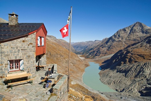 Rast vor der Coaz_Hütte CAS, Club Alpin Svizzer, Schweizer Alpen_Club SAC, in der Val Roseg, Oberengadin, Unten der Lej da Vadret und rechts der Piz Tschierva, : Stock Photo