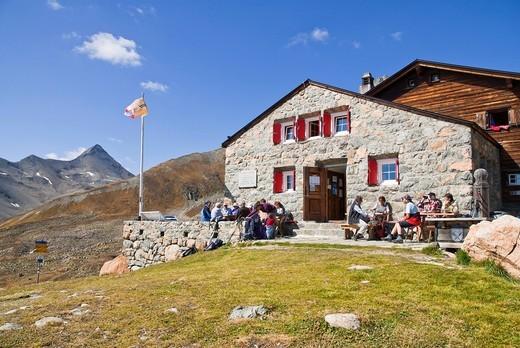 Stock Photo: 1597-93126 Die Chamanna d´Es_cha CAS, Club Alpin Svizzer, Schweizer Alpen_Club SAC, oberhalb Madulain im Oberengadin, Links der Fahne der Piz Blaisun,