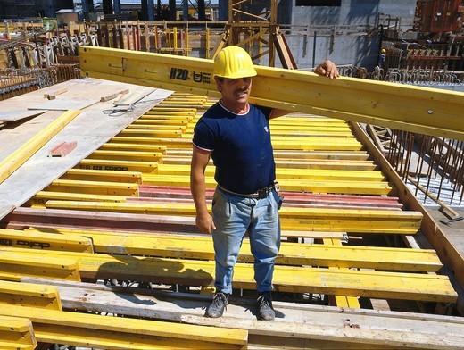 Bauarbeiter beim Bau einer Verschalung : Stock Photo