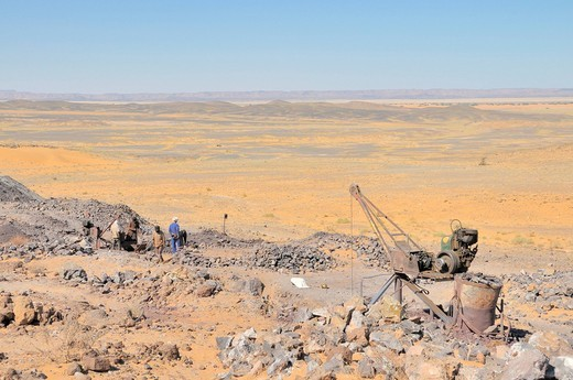 Africa, Morocco, Maghreb, North Africa, sand dunes, erg Chebbi, desert, Sahara, mine, dismantling, sulfide of lead, worker, Berber : Stock Photo