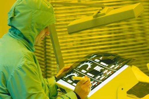 Stock Photo: 1597-93911 Reinraumfertigung von Anzeigeinstrumenten für die Automobilindustrie