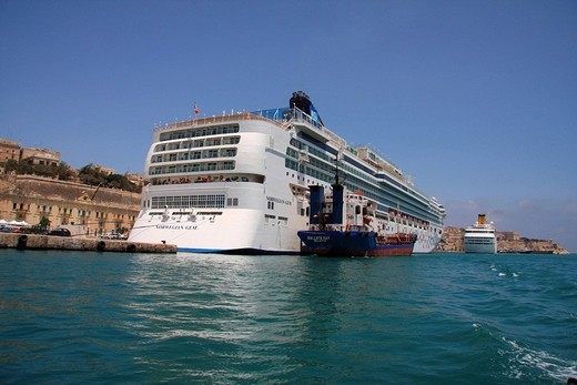 Stock Photo: 1597-98909 Malta, Valletta, Valetta, Travel, Grand harbor, marina, boats, ships, rampart, city wall, Cruise ships boats, Gem of N