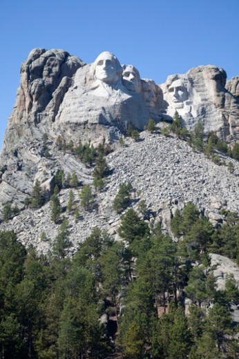A vertical shot of Mount Rushmore showing Washington, Jefferson, Roosevelt, and Lincoln : Stock Photo