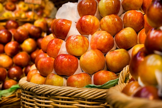 Apples on display in gourmet food market : Stock Photo