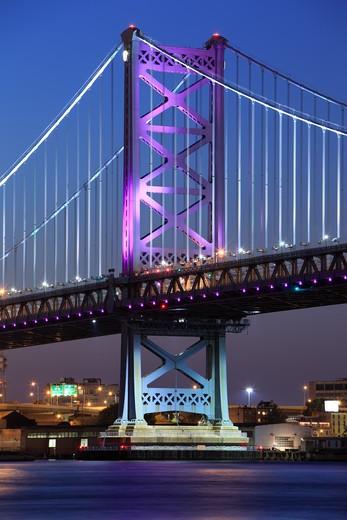 Opened in 1926, the Benjamin Franklin Bridge is a suspension bridge across the Delaware River connecting Philadelphia, Pennsylvania and Camden, New Jersey. : Stock Photo