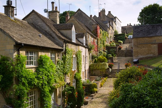 Quaint cotswold cottages lining the old cobbles of The Chipping Steps, Tetbury, Cotswolds, Gloucestershire, UK : Stock Photo