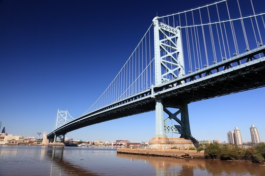 Opened in 1926, the Benjamin Franklin Bridge is a suspension bridge across the Delaware River connecting Philadelphia, Pennsylvania and Camden, New Jersey. : Stock Photo