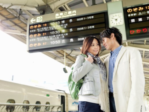 Stock Photo: 1598R-10068949 The couple who stares on a platform