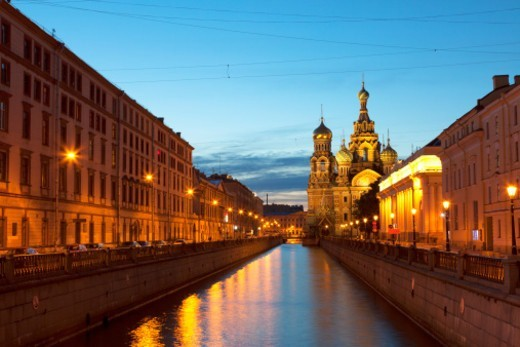 Kanal Griboedova and the highly ornate Church on Spilled Blood illuminated against a clear blue sky at dusk : Stock Photo