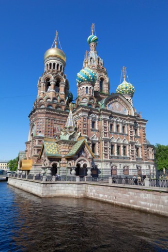 Stock Photo: 1598R-10081308 Kanal Griboedova and the highly ornate domes of the Church on Spilled Blood